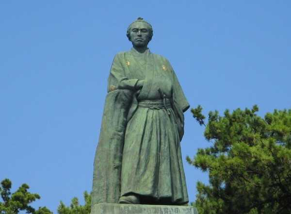 坂本龍馬銅像と高知県青年